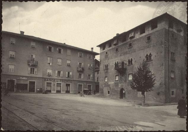 vecchie cartoline - Cles - Trentino (m. 656) - Piazzetta del Municipio 1940