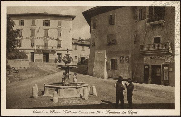 vecchie cartoline - Coredo - Piazza Vittorio Emanuele III - Fontana dei Cigni 1930-40