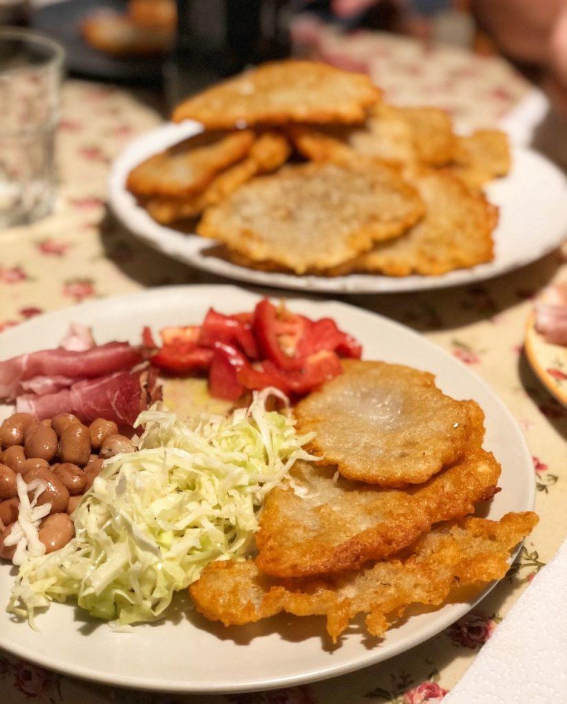 tortei di patate con salumi e cavolo cappuccio