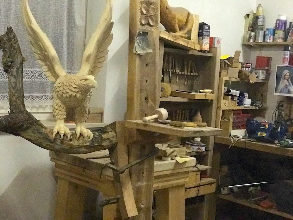 La storia dello scultore del bosco delle fate in val di non for Laboratorio di garage domestico