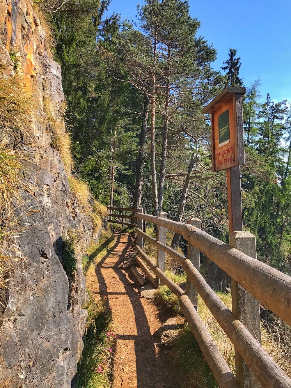 Cascata di tret-sentiero da sopra