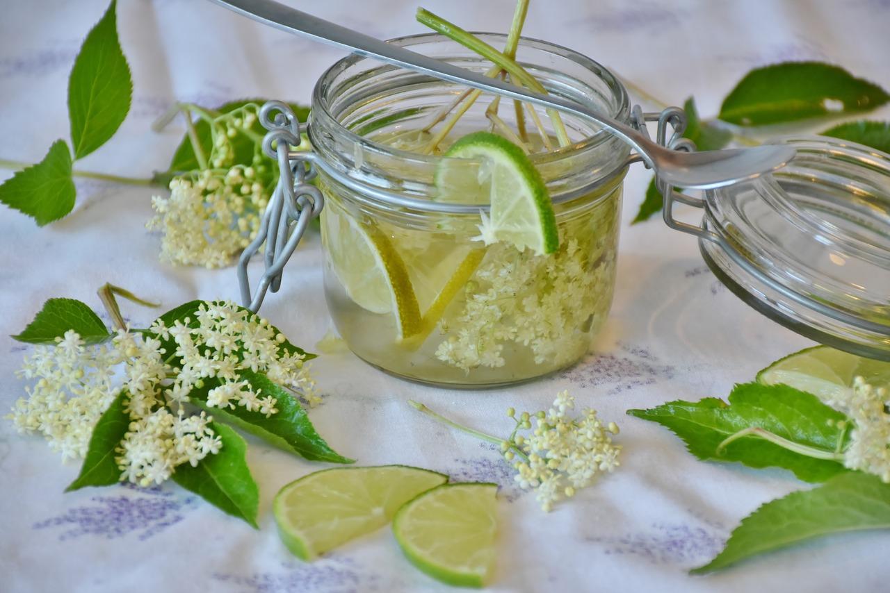 Limone, acqua, zucchero, acido citrico. Gli ingredienti per lo sciroppo di sambuco