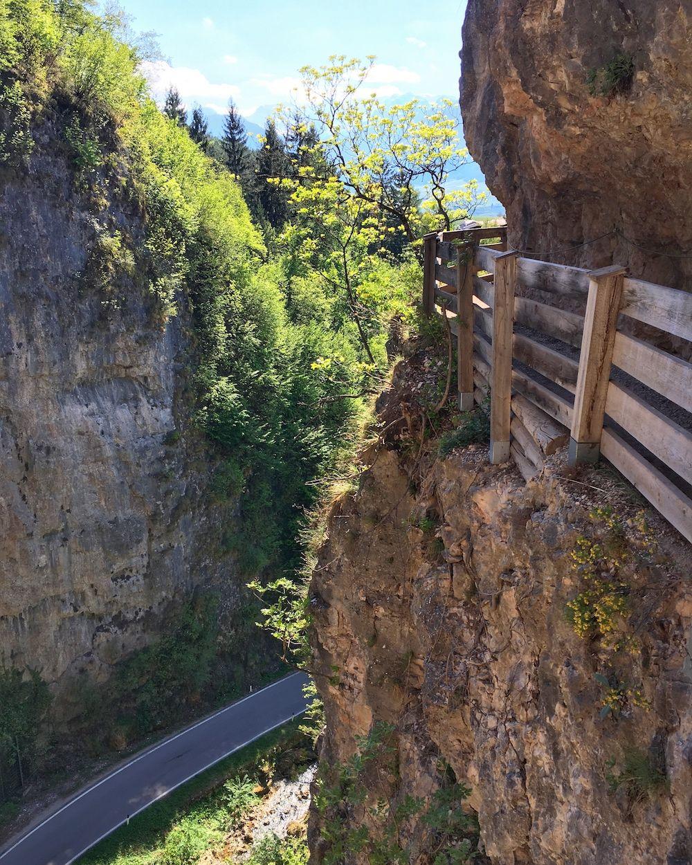 sentiero nella roccia san romedio-trentino