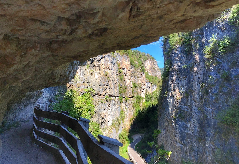 sentiero nella roccia da sanzeno a san romedio-trentino