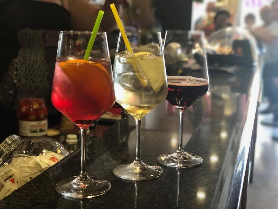 Aperitivo- cocktail da sinistra: Meris, Hugo, S-ciopét