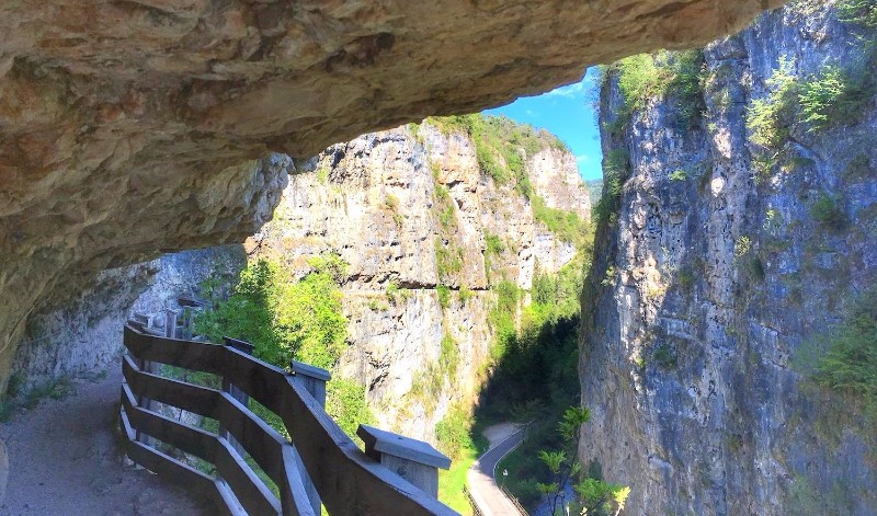 sentiero-nella-roccia-san-romedio-sanzeno-i-love-val-di-non-compressor