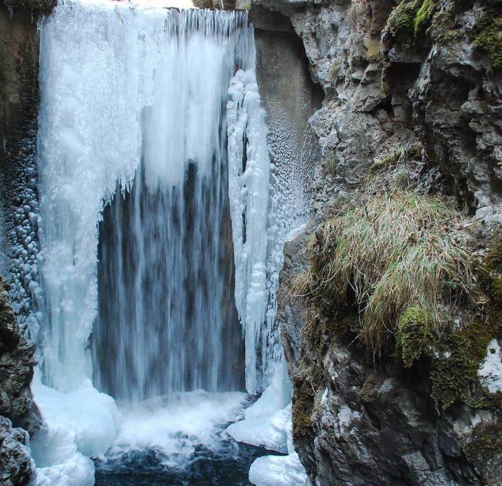inverno in val di non-cascata lago smeraldo