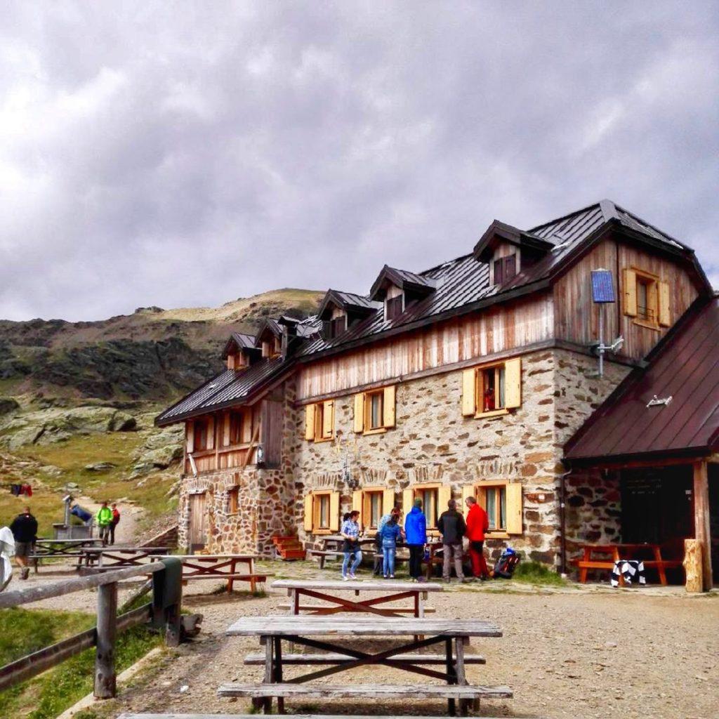 rifugi in val di sole-rifugio stella alpina al lago corvo