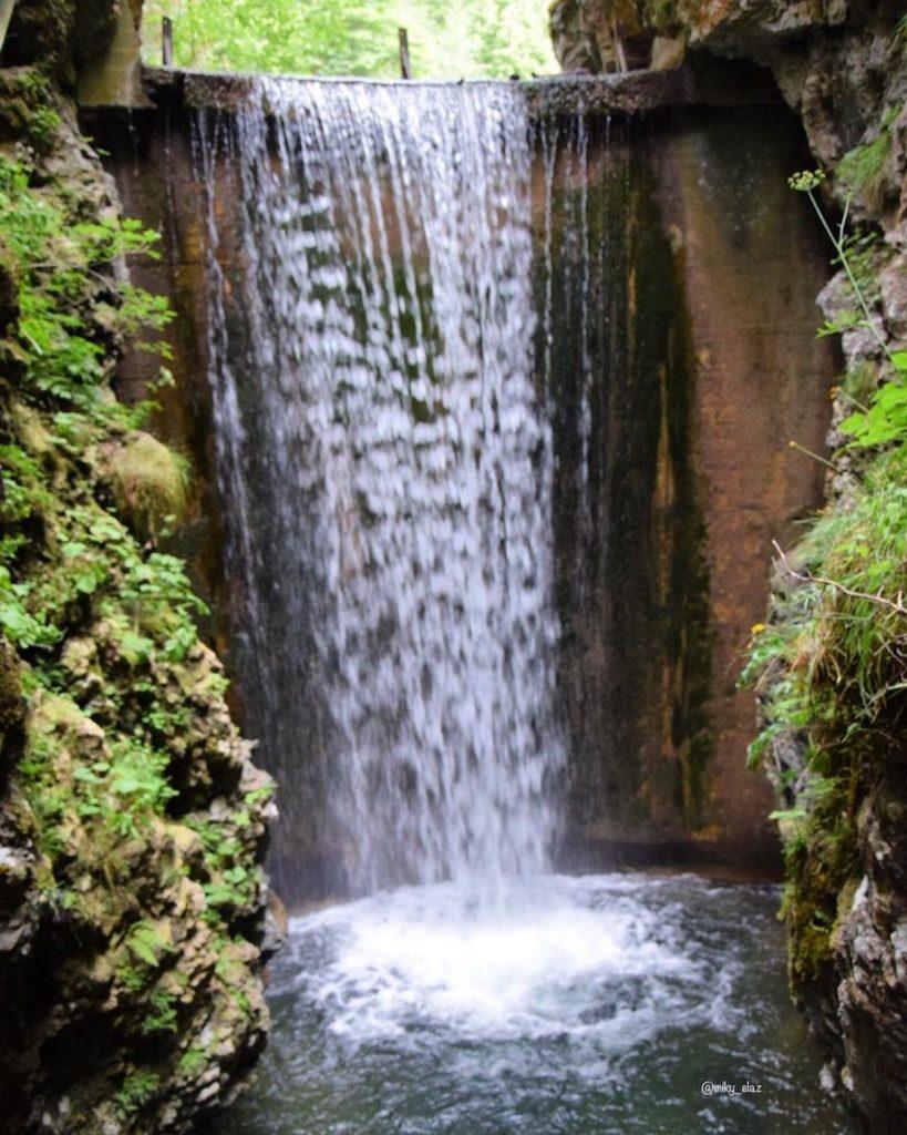 cascata del lago smeraldo di fondo