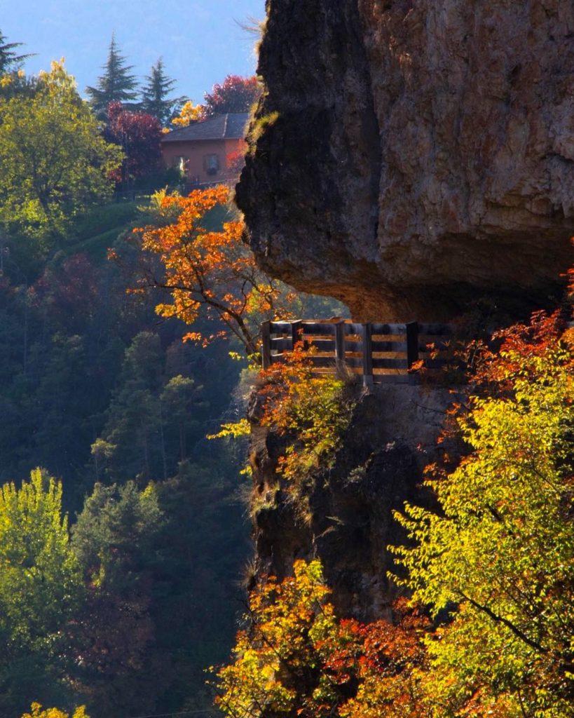 sentiero-nella-roccia-passeggiate d autunno in val di non