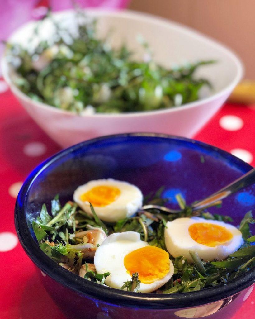 insalata di tarassaco con pancetta e uova sode