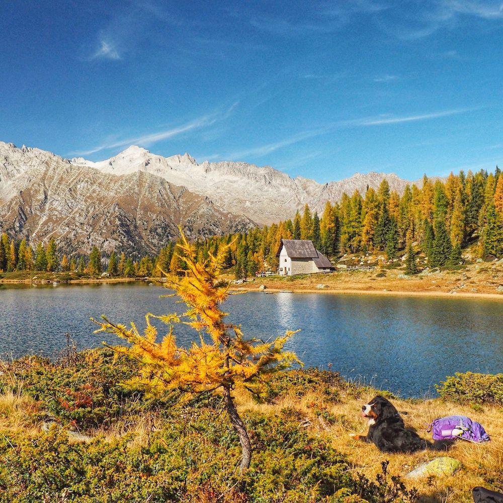lago e cappella di san giuliano in autunno