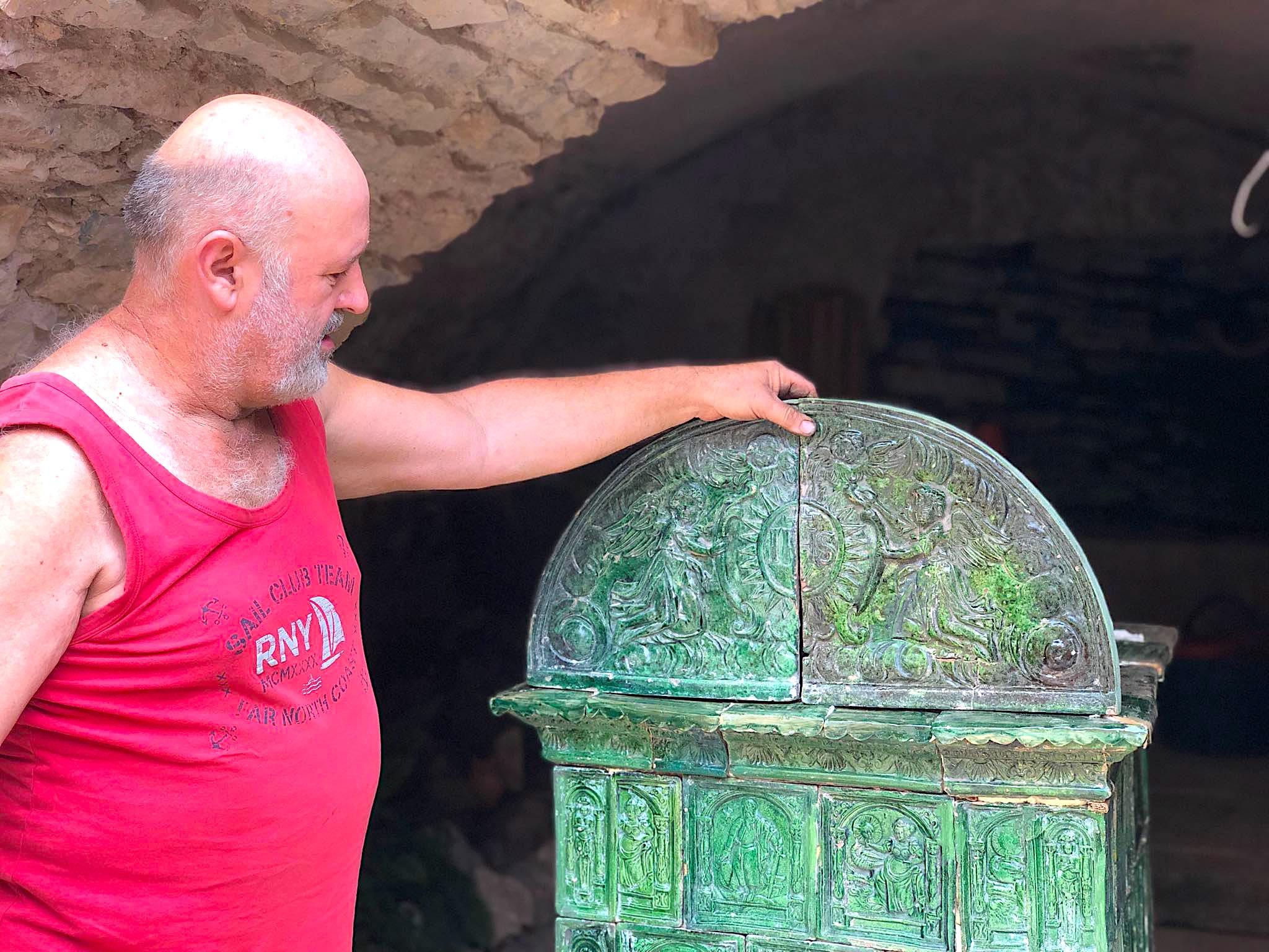 Laboratorio del maestro fornelaro Ferruccio Marinelli-il maestro e una stufa antica-Stufe a olle in Val di Non