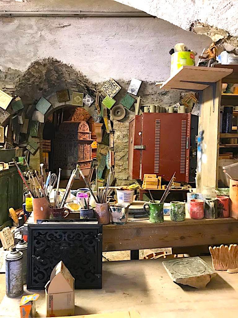 Laboratorio del maestro fornelaro Ferruccio Marinelli - colori e formelle -Stufe a olle in Val di Non