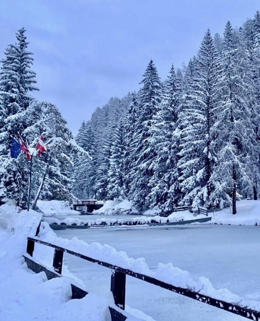 lago smeraldo di fondo neve