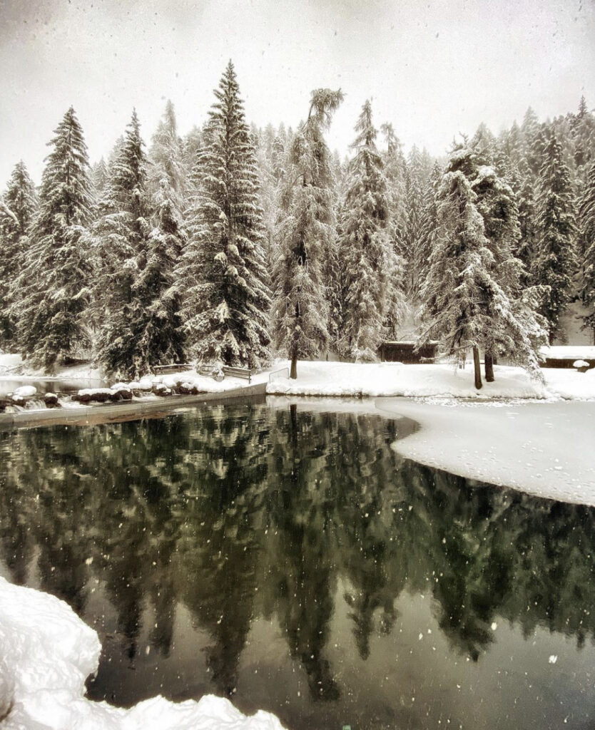 inverno al lago smeraldo di fondo